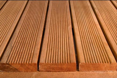 Dalles de terrasse en bois: Bangkirai massif rainuré 30 x 500 x 500mm